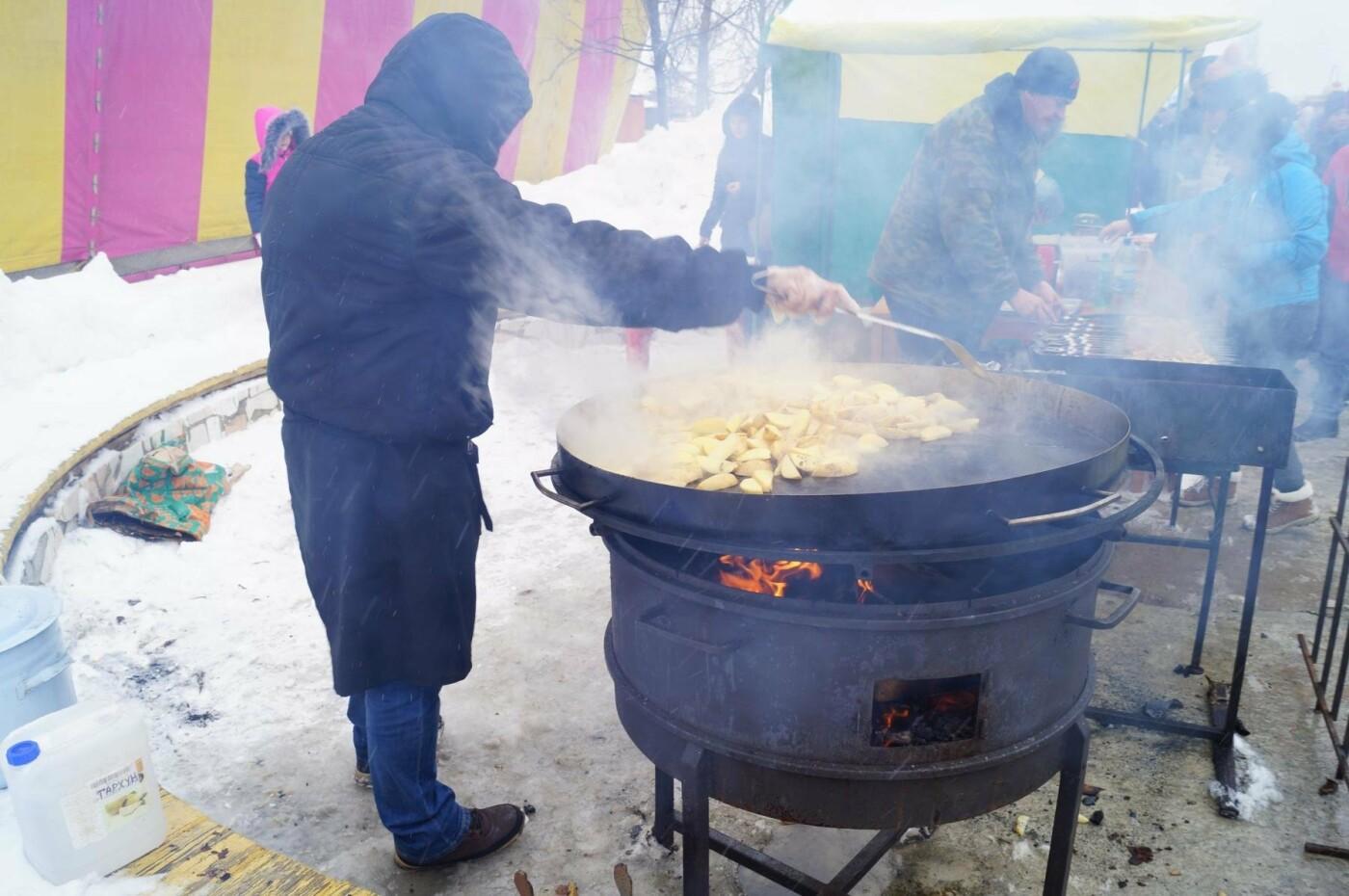Чтобы накормить всех гостей праздника, блины жарили на огромных сковородах