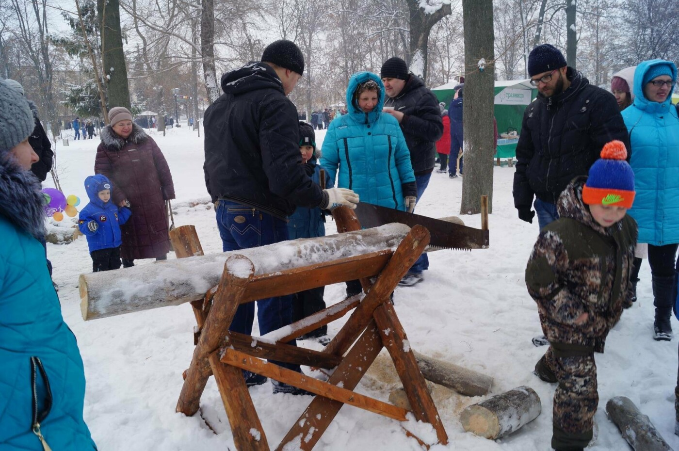 И тяжелый деревенский труд можно превратить в развлечение! Тамбовчане с удовольствием распилили огромное бревно.