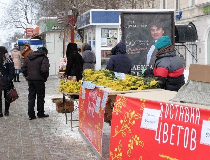 Улицы Тамбова раскрасились яркими мимозами и тюльпанами