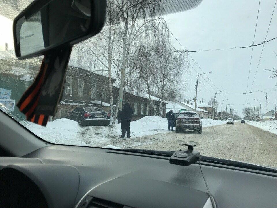 В центре Тамбова иномарка вылетела на тротуар, фото-2