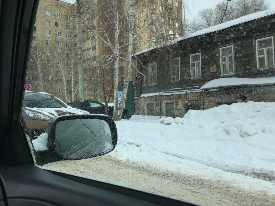 В центре Тамбова иномарка вылетела на тротуар, фото-1