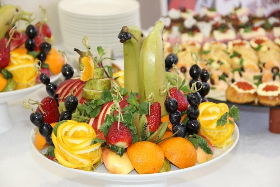 Украсить свадебный стол можно изысканным фруктовым букетом