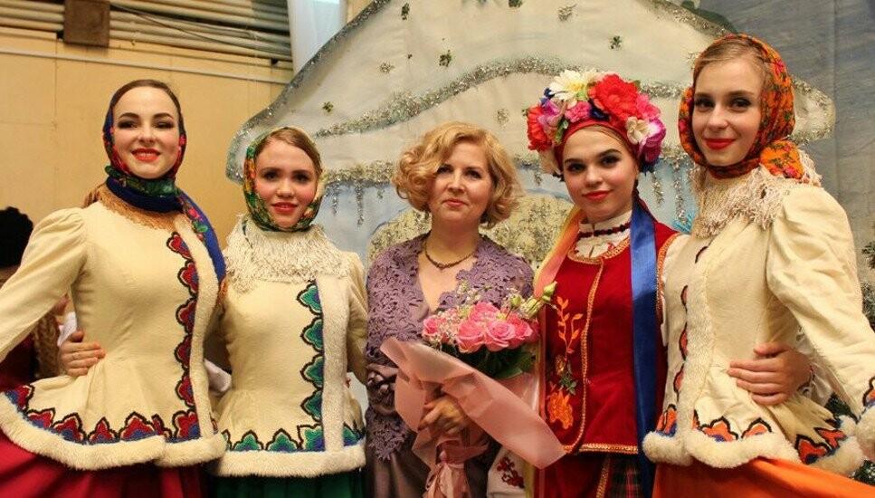 Ольга Демченко, художественный руководитель детской хореографической студии «Спутник» со своими воспитанниками