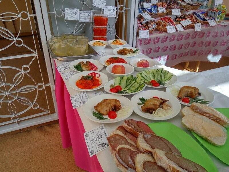 В буфетах были не только пирожные и свежая выпечка, но и салаты, и мясные блюда