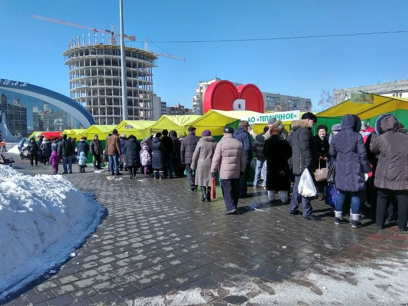 """Весенняя ярмарка"" напротив дворца спорта ""Кристалл"""