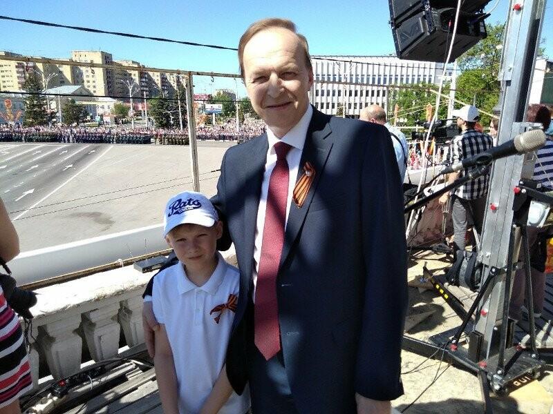 Сергей Саввин на параде Победы вместе с внуком