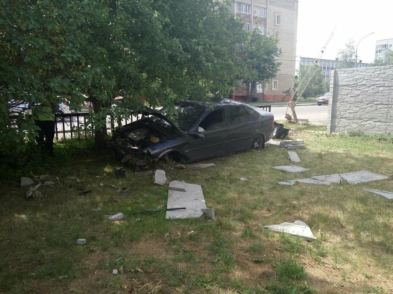 В Тамбове на улице Бориса Васильева «Опель» пробил бетонную стену , фото-9