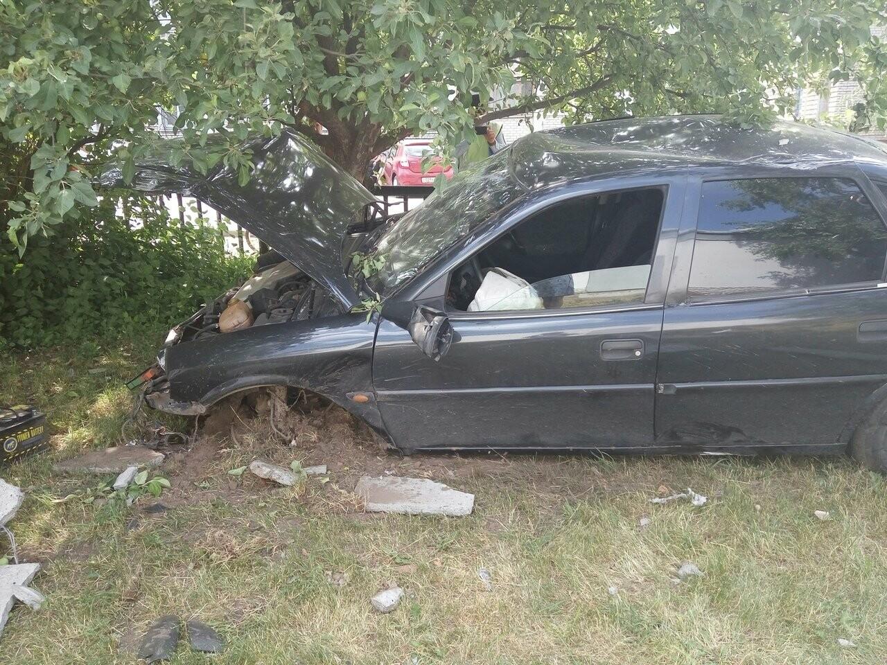 В Тамбове на улице Бориса Васильева «Опель» пробил бетонную стену , фото-8