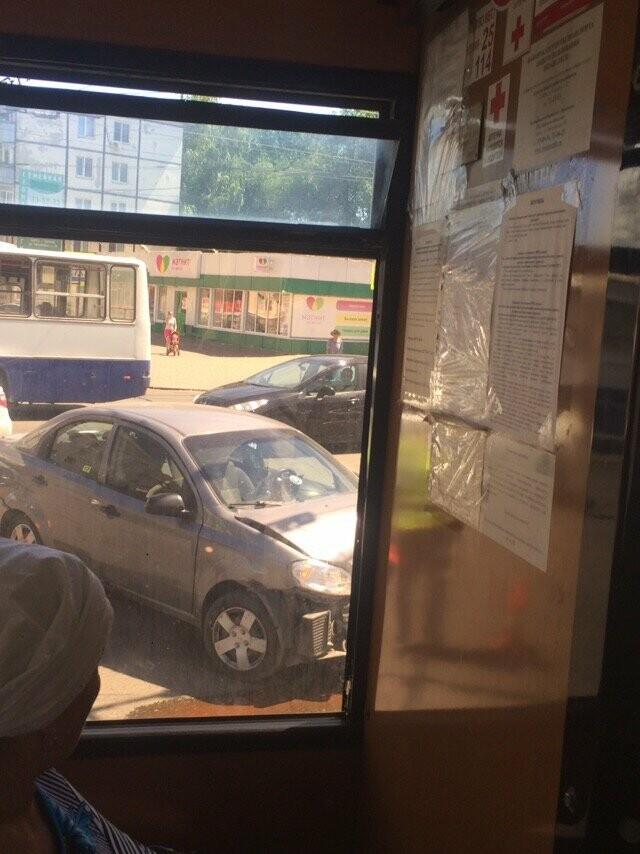 В Тамбове на перекрёстке Советской и Чичканова иномарка выскочила на тротуар, фото-1