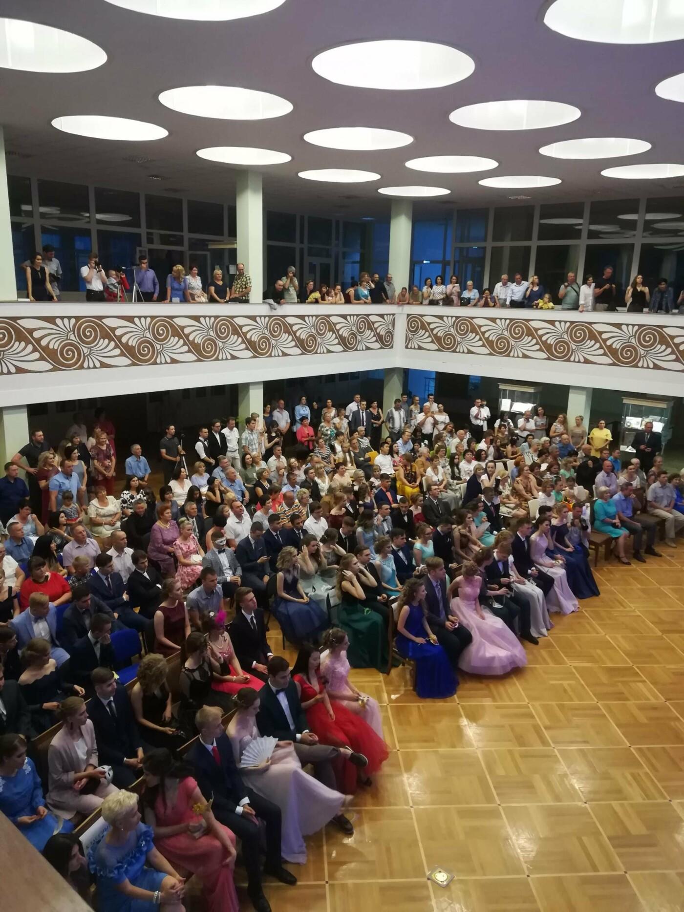 Тамбовские выпускники устроили бал-маскарад, фото-1