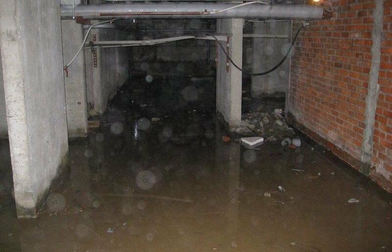 Пятиэтажку на улице Рабочей продолжают затапливать канализационные стоки, фото-1
