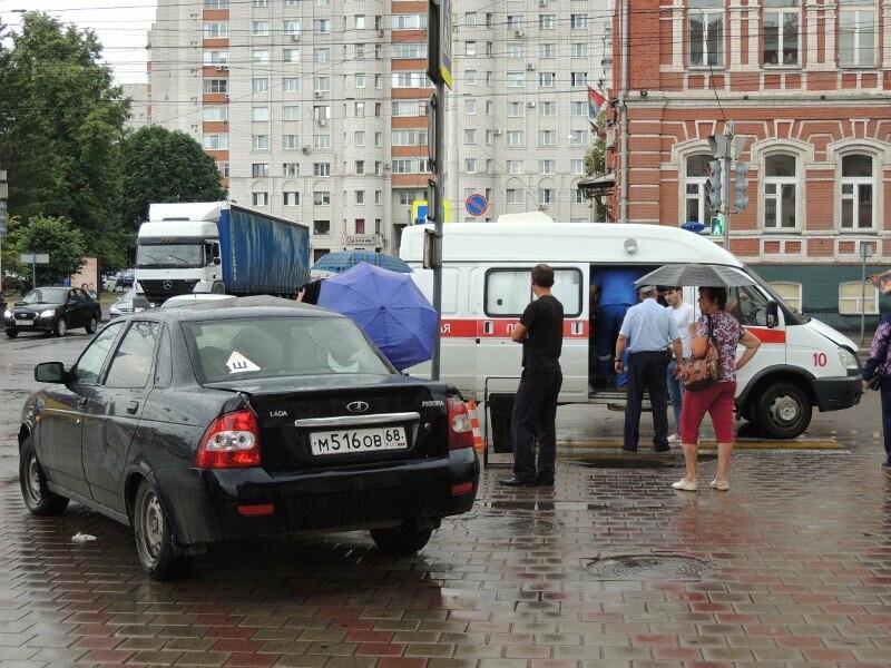 В центре Тамбова Priora вылетела на тротуар, фото-1