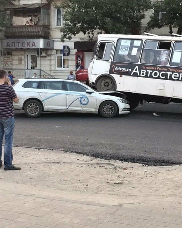 В Тамбове маршрутный автобус «запрыгнул» на иномарку, фото-2