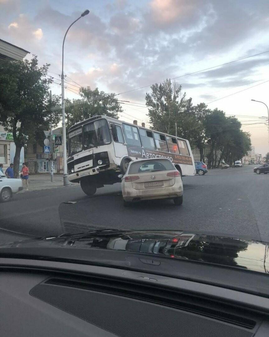 В Тамбове маршрутный автобус «запрыгнул» на иномарку, фото-1
