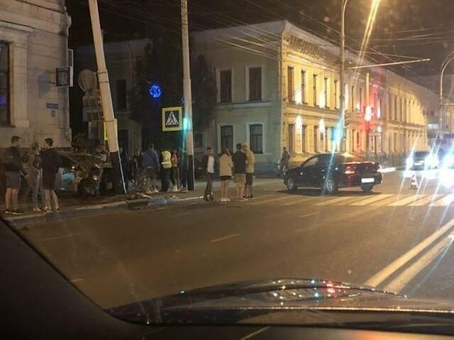 В Тамбове напротив РИО парень на иномарке врезался в столб, фото-1