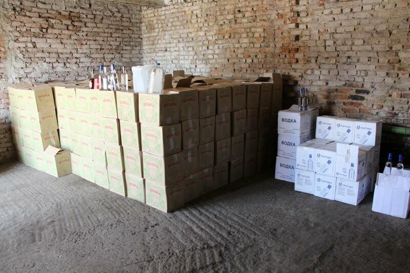 На Тамбовщине полицейские изъяли почти 8 тысяч бутылок поддельной водки, фото-1