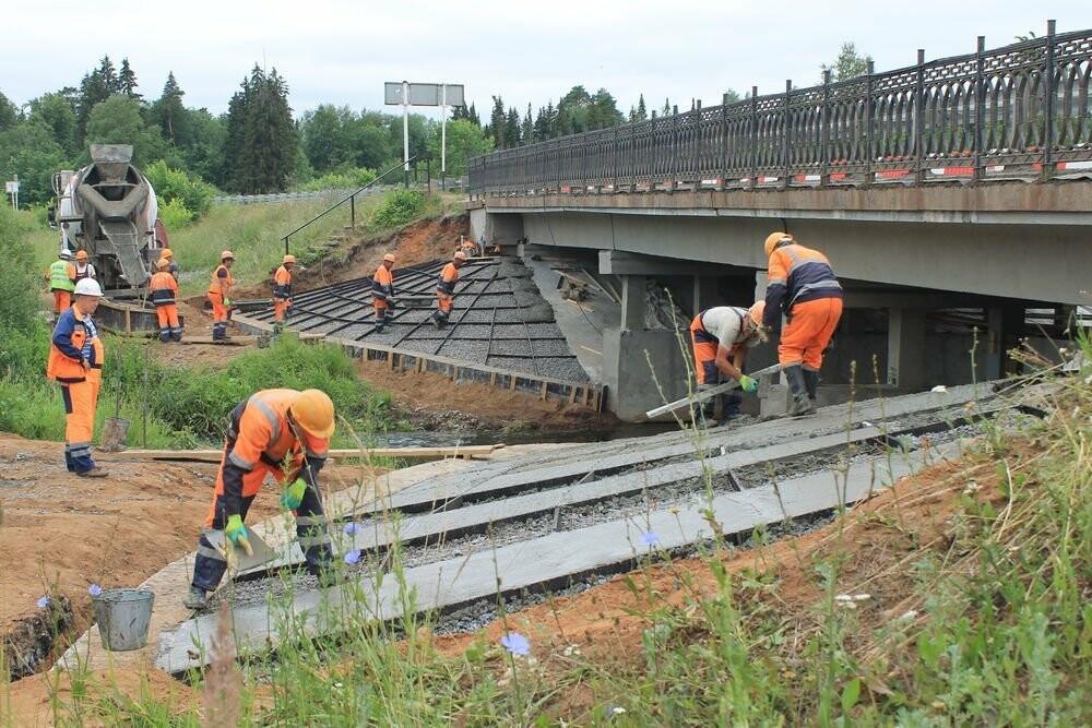 Мост, под которым неудачно провезли экскаватор, отремонтируют за 22 миллиона рублей, фото-1