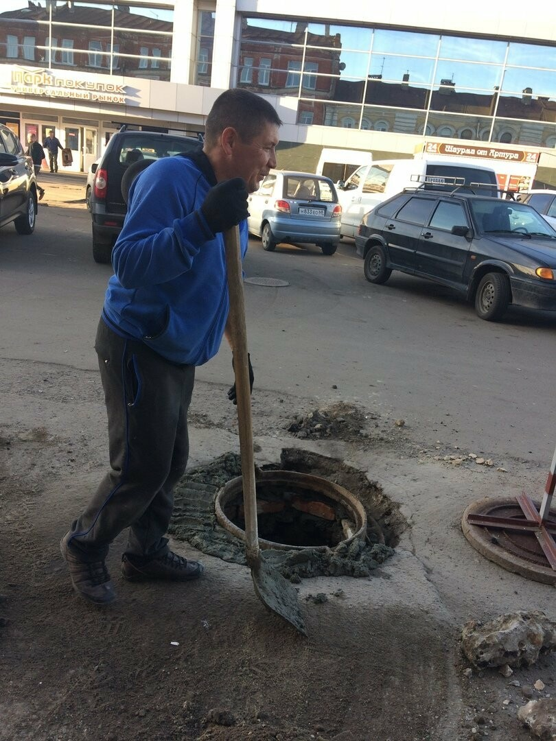 Тамбовчане сами ремонтируют люки на Коммунальной, фото-1