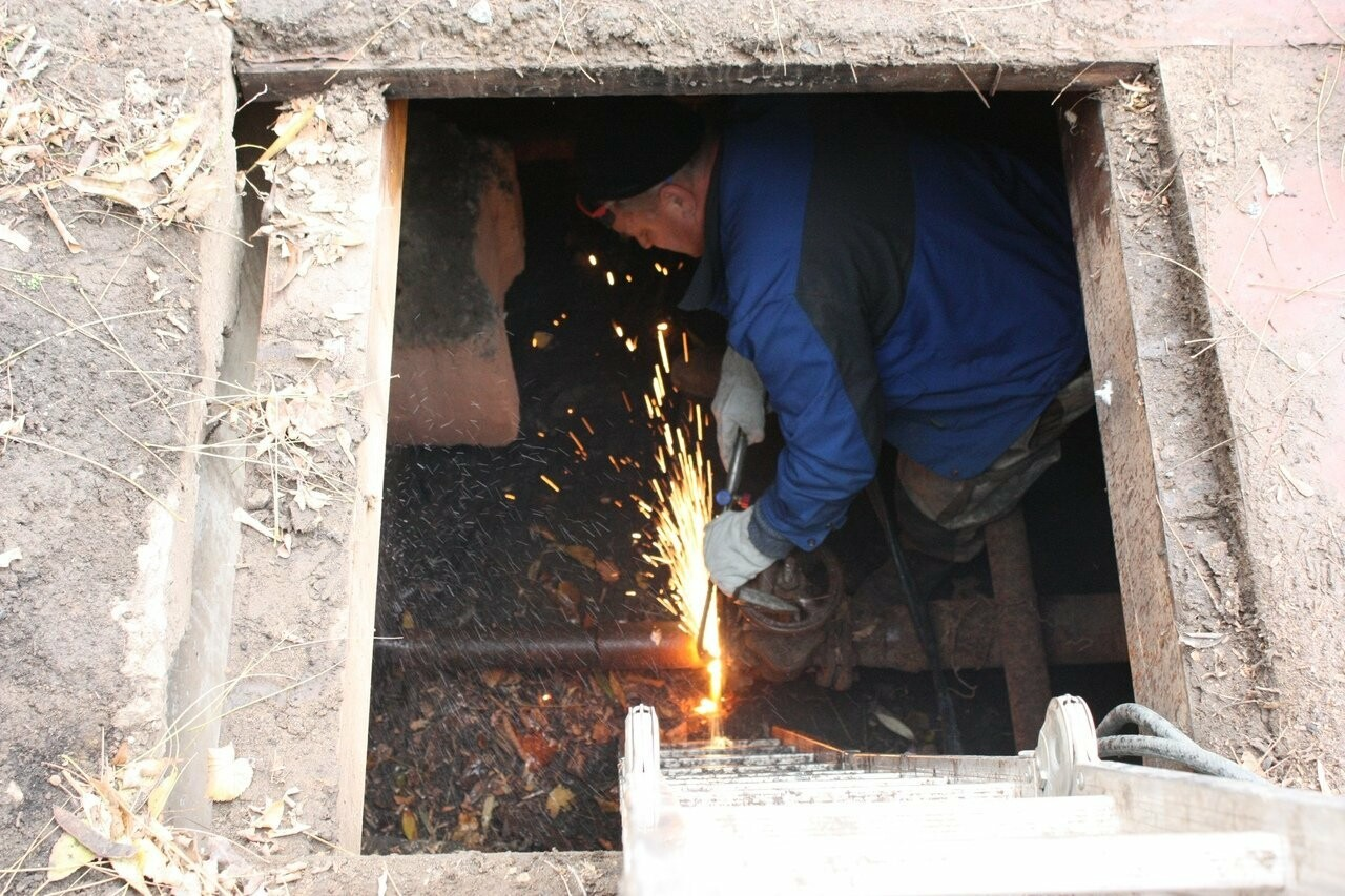 Во дворе на севере Тамбова наконец-то закопали брошенную тепловую камеру , фото-3