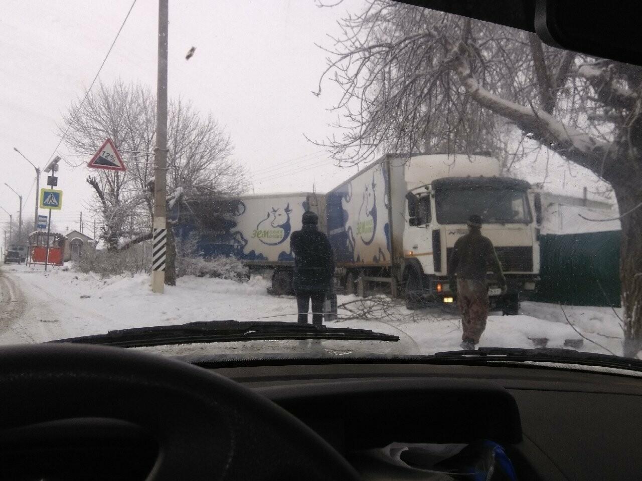 Под Тамбовом водитель фуры с прицепом не справился с управлением, фото-1