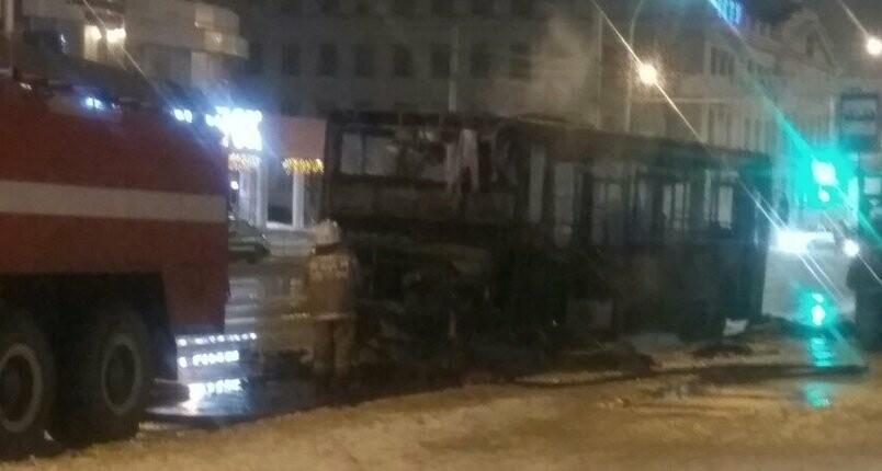 В центре Тамбова загорелся автобус с пассажирами, фото-1