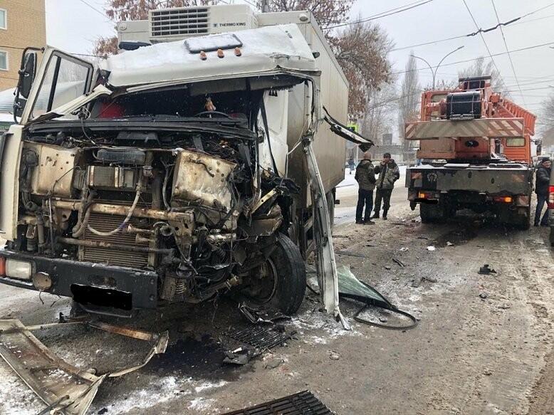 В Тамбове сегодня утром грузовик врезался в автокран, фото-1