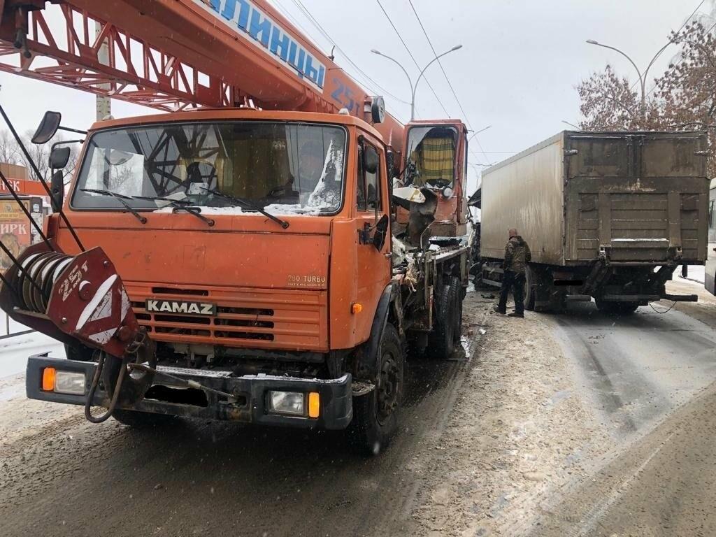 В Тамбове сегодня утром грузовик врезался в автокран, фото-2