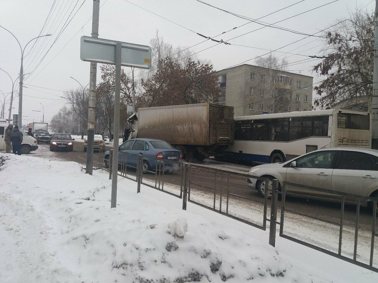 В Тамбове сегодня утром грузовик врезался в автокран, фото-3