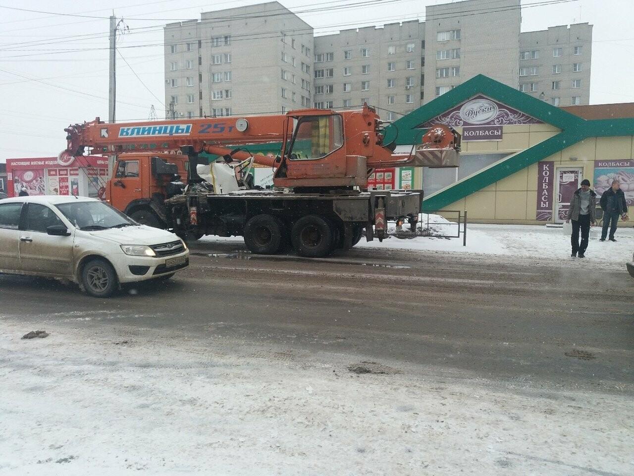 В Тамбове сегодня утром грузовик врезался в автокран, фото-6