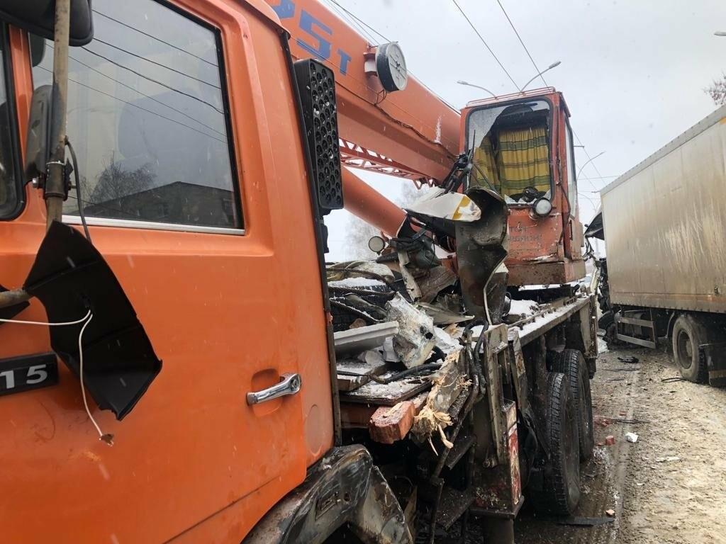 В Тамбове сегодня утром грузовик врезался в автокран, фото-7