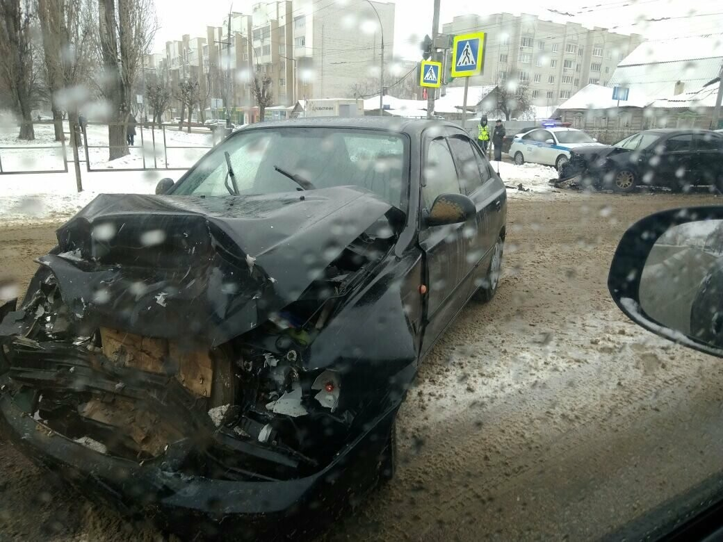 В центре Тамбова на перекрестке улиц столкнулись две иномарки: пострадал мужчина, фото-1