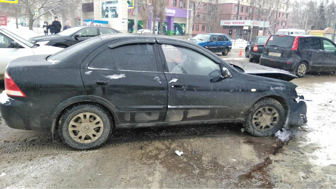В центре Тамбова на перекрестке улиц столкнулись две иномарки: пострадал мужчина, фото-3