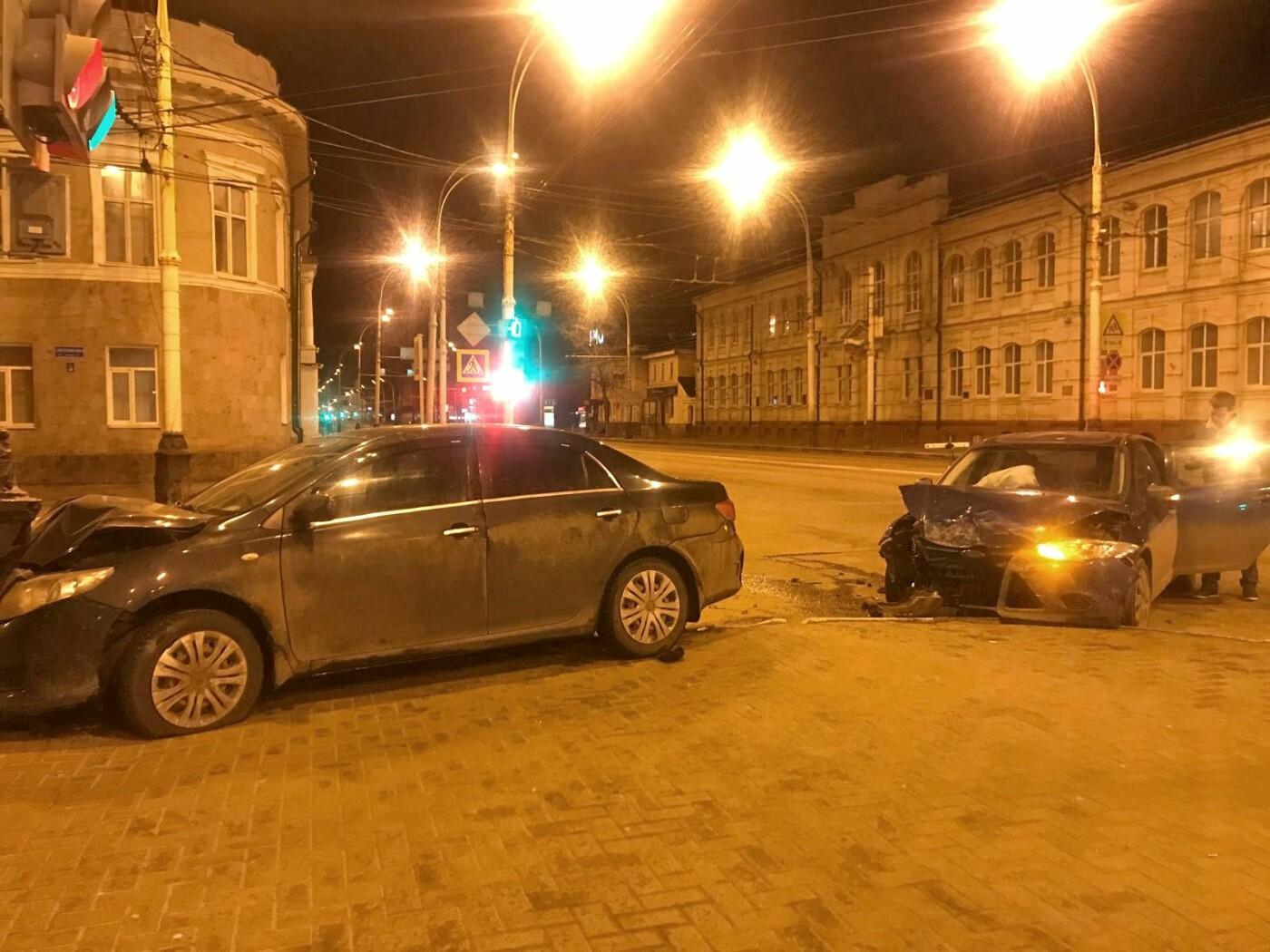 В Тамбове на перекрестке Советской и Интернациональной столкнулись две иномарки, фото-1