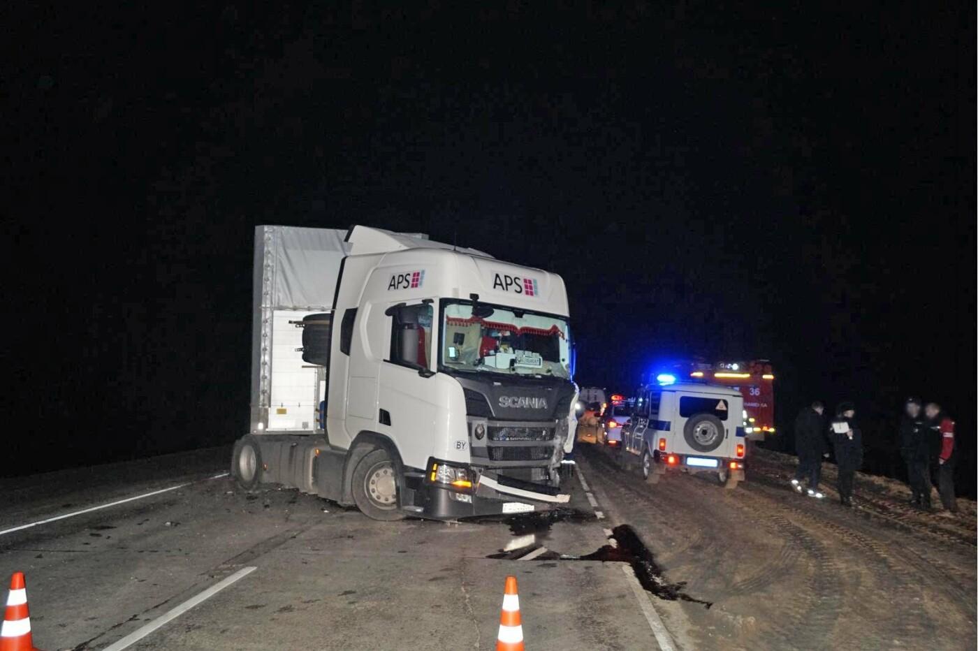 В Тамбовской области на трассе Р-22 при столкновении фуры и «семерки» погибли два парня, фото-1