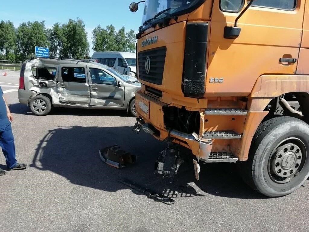 В Тамбовской области «Лада» столкнулась с фурой и микроавтобусом: пострадала женщина, фото-1