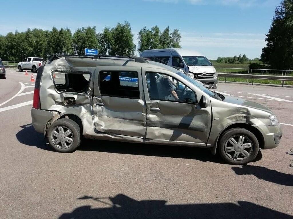 В Тамбовской области «Лада» столкнулась с фурой и микроавтобусом: пострадала женщина, фото-3