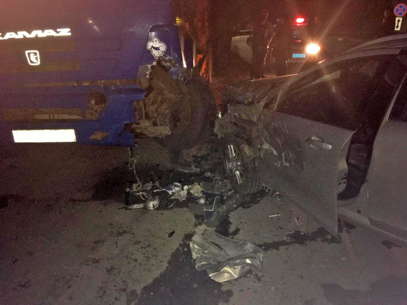 Пьяный тамбовчанин за рулем легковушки влетел в припаркованный «КамАЗ», фото-1