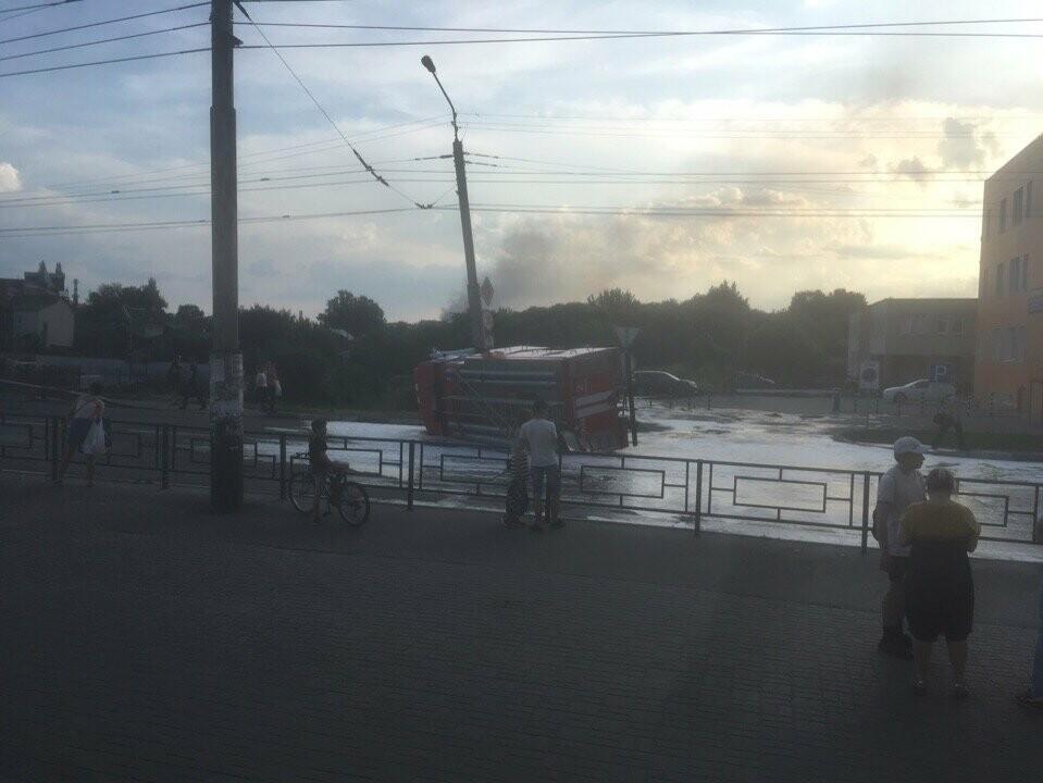 В центре Тамбова перевернулась пожарная машина после столкновения с «Приорой». ВИДЕО, фото-4