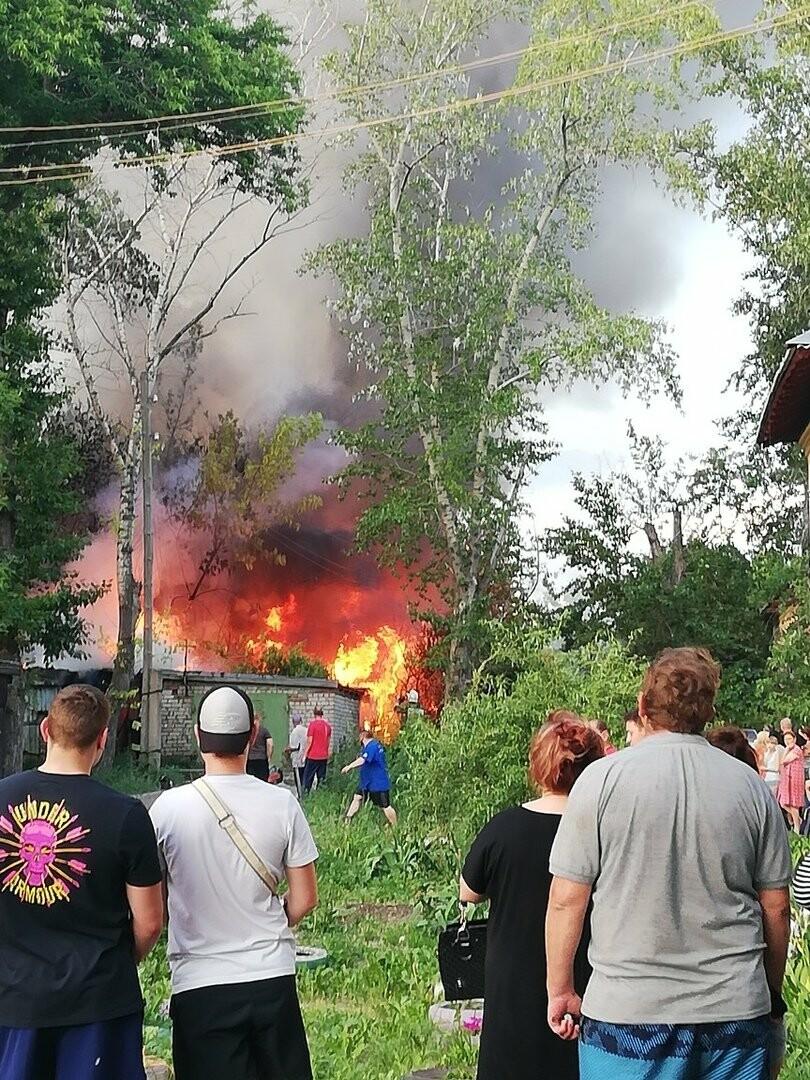 На западе Тамбова загорелись надворные постройки площадью 900 кв.м. ВИДЕО, фото-2