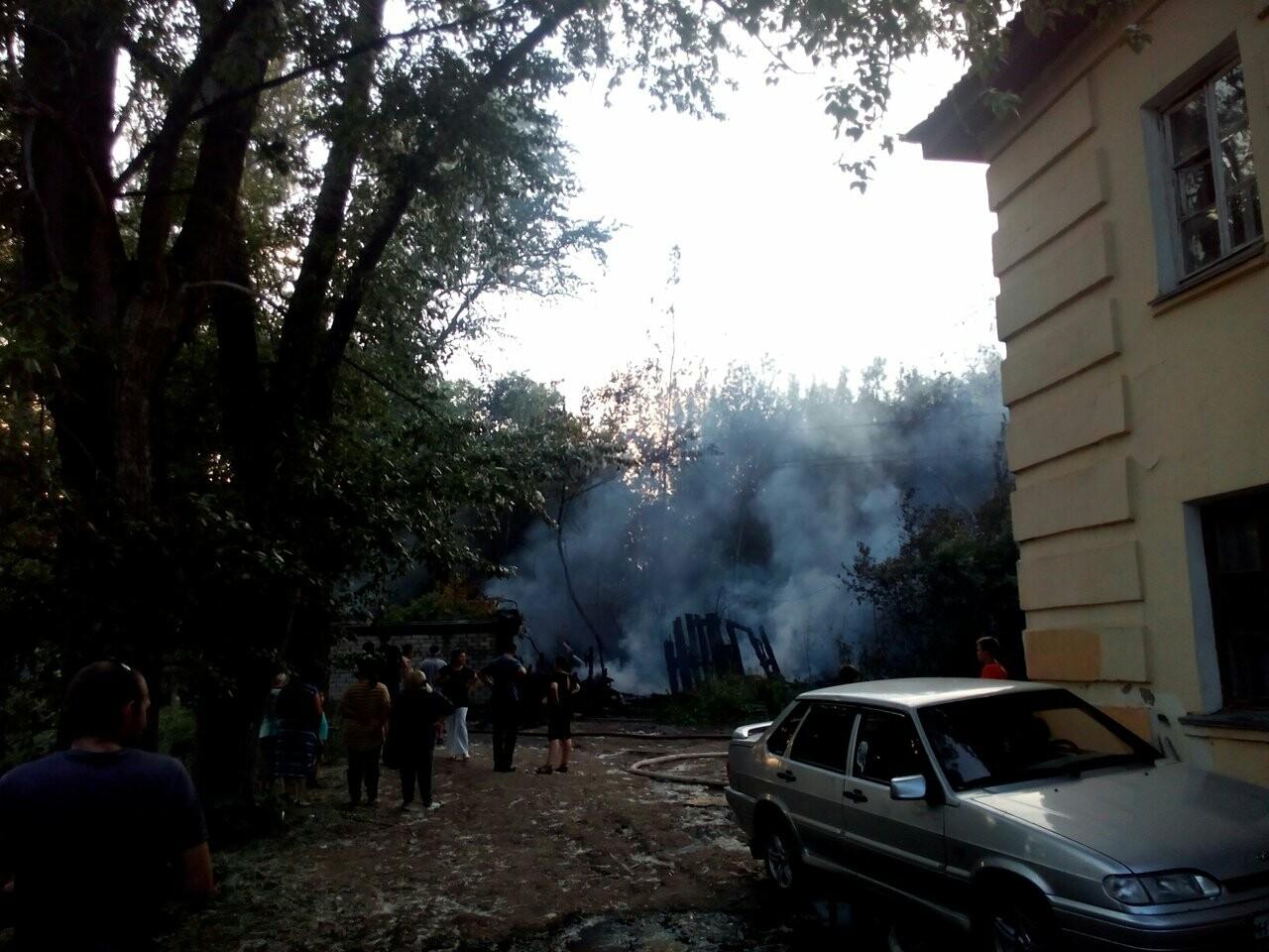 На западе Тамбова загорелись надворные постройки площадью 900 кв.м. ВИДЕО, фото-3
