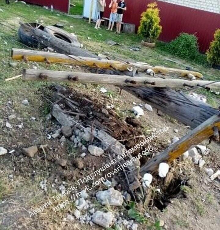 В Тамбовском районе иномарка снесла столб и протаранила стоящий автомобиль, фото-1
