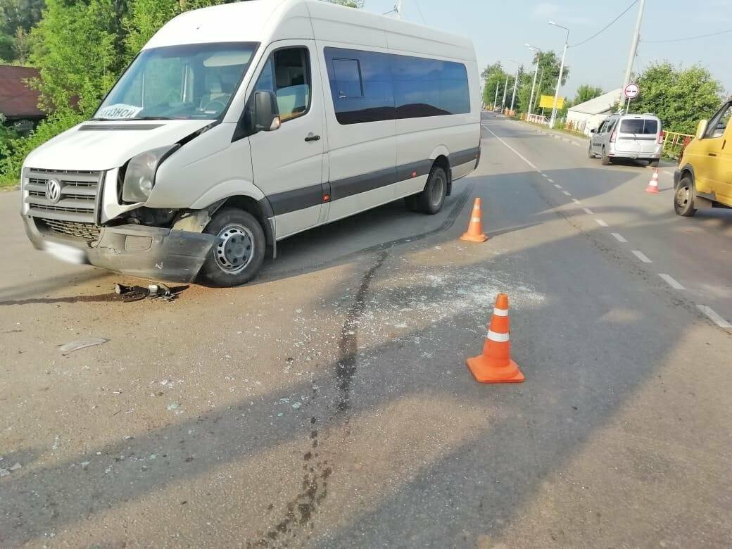 При въезде в Мичуринск столкнулись два микроавтобуса и легковушка, фото-1