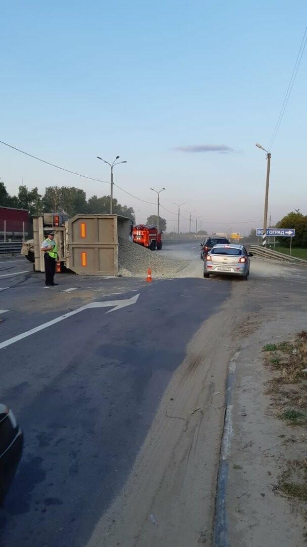 На федеральной дороге Р-22 «Каспий» в пригороде Тамбова столкнулись бензовоз и грузовик со щебнем. ВИДЕО, фото-1