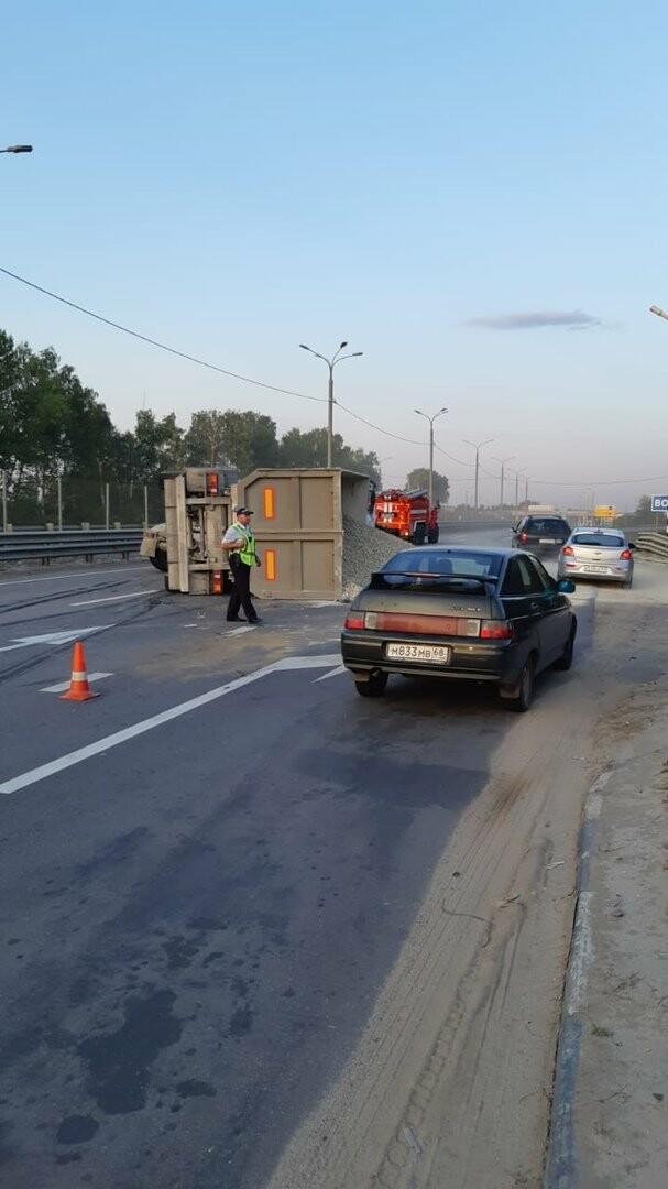 На федеральной дороге Р-22 «Каспий» в пригороде Тамбова столкнулись бензовоз и грузовик со щебнем. ВИДЕО, фото-4