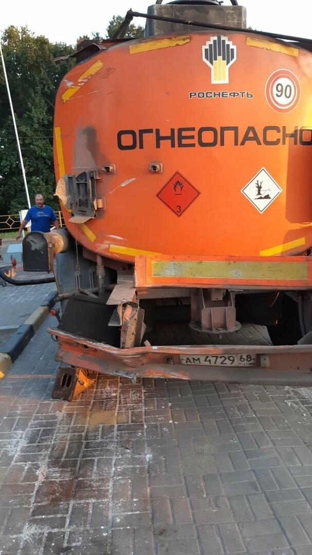 На федеральной дороге Р-22 «Каспий» в пригороде Тамбова столкнулись бензовоз и грузовик со щебнем. ВИДЕО, фото-8