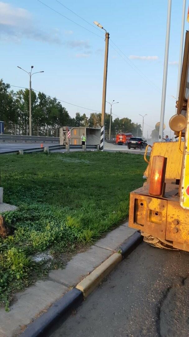 На федеральной дороге Р-22 «Каспий» в пригороде Тамбова столкнулись бензовоз и грузовик со щебнем. ВИДЕО, фото-6