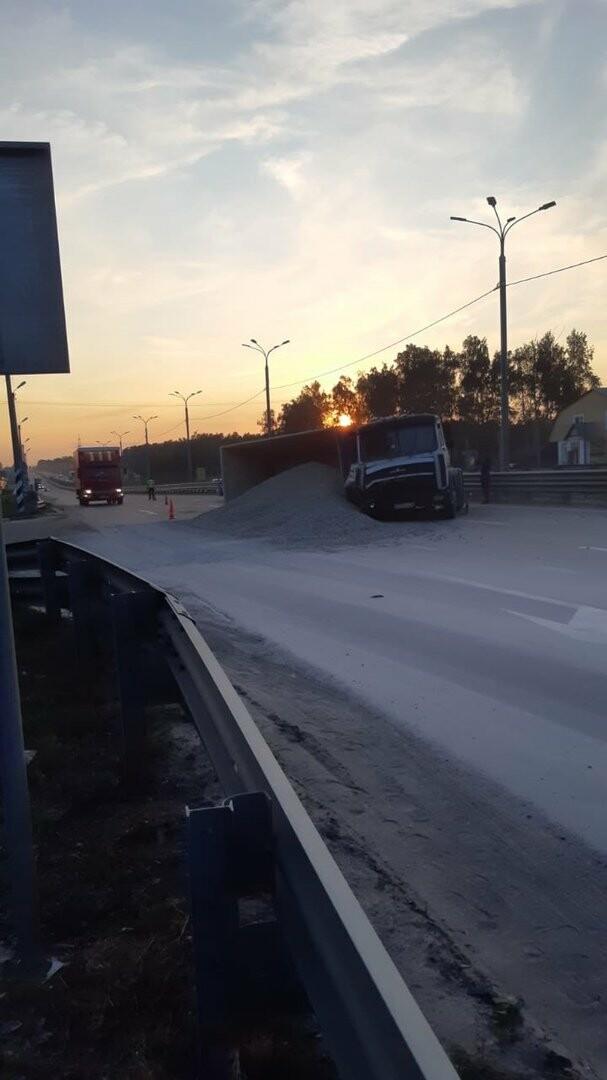 На федеральной дороге Р-22 «Каспий» в пригороде Тамбова столкнулись бензовоз и грузовик со щебнем. ВИДЕО, фото-7