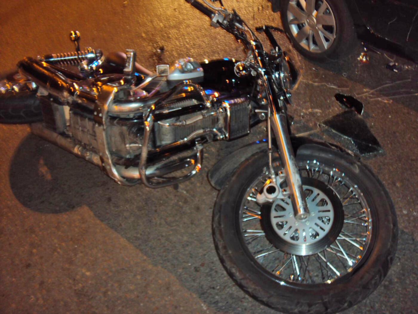 В Тамбове около «Улья» легковушка столкнулась с мотоциклом: двух человек госпитализировали, фото-1