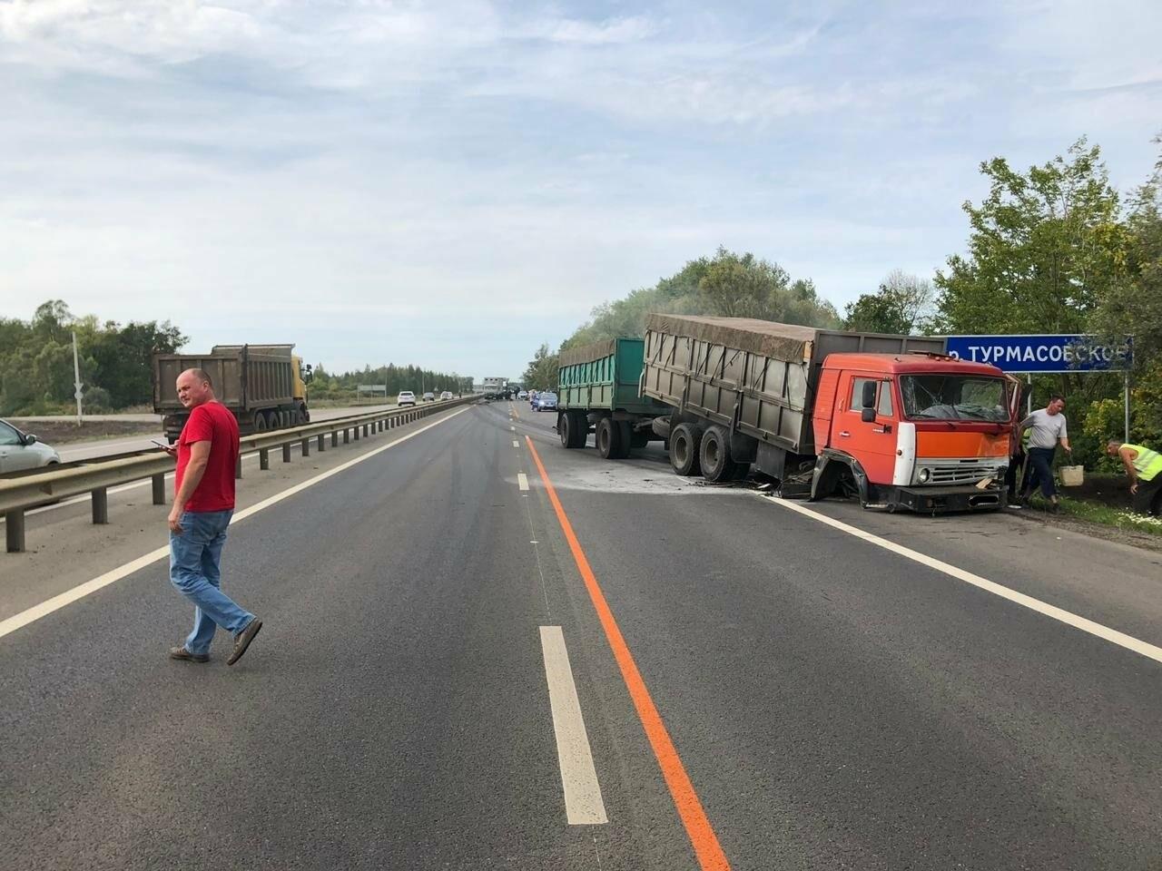На федеральной дороге в Тамбовской области в столкновении зерновоза и двух «легковушек» погиб человек: видео, фото-1