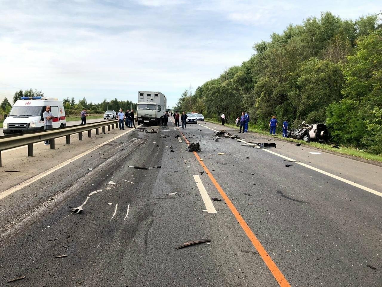 На федеральной дороге в Тамбовской области в столкновении зерновоза и двух «легковушек» погиб человек: видео, фото-2